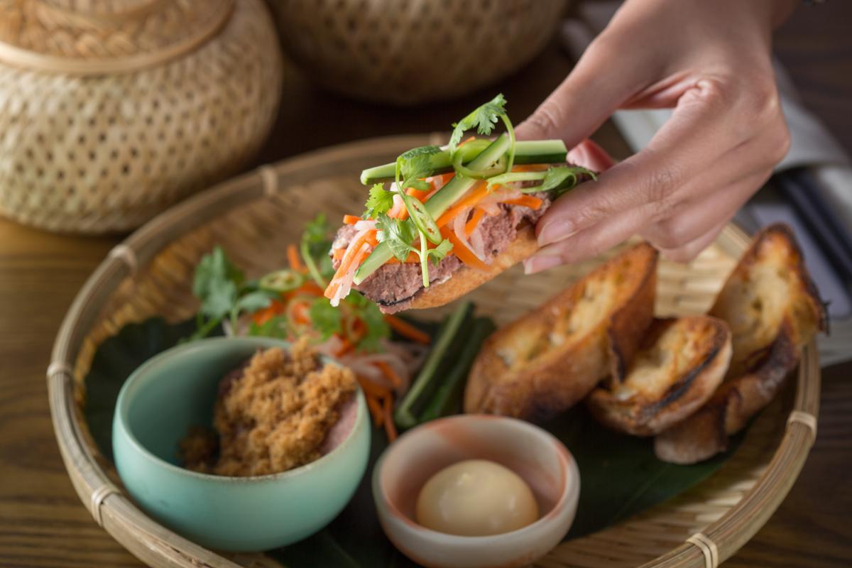 「越式肉派 」是林明健解構越式三明治,以豬肉、肝及香料調味製成的法式肉醬,搭配自製醃菜抹在酥脆的法國麵包上,酸香可口。(380元/份)