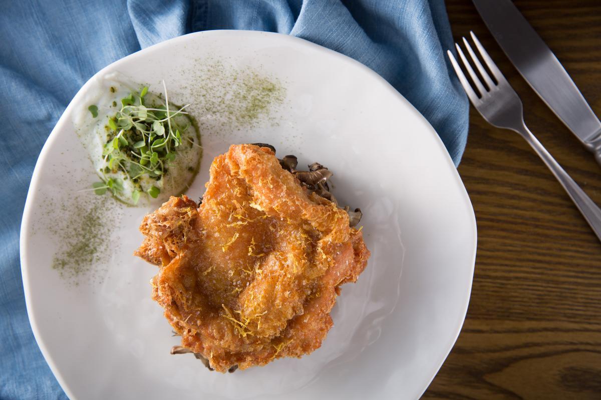 「香脆炸雞」是林明健的招牌,這次的版本是印度風味,沾佐融合蒔蘿與小黃瓜的酸奶,清爽不油膩。(480元/份)