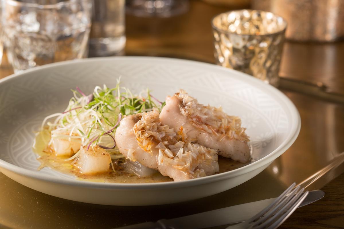 「破布子馬頭魚」屬於台洋聯姻,油淋魚鱗使其酥脆,冬瓜鋪底,佐台式風情的鹹香微辣的豆豉破布子油醋醬。(780元/份)