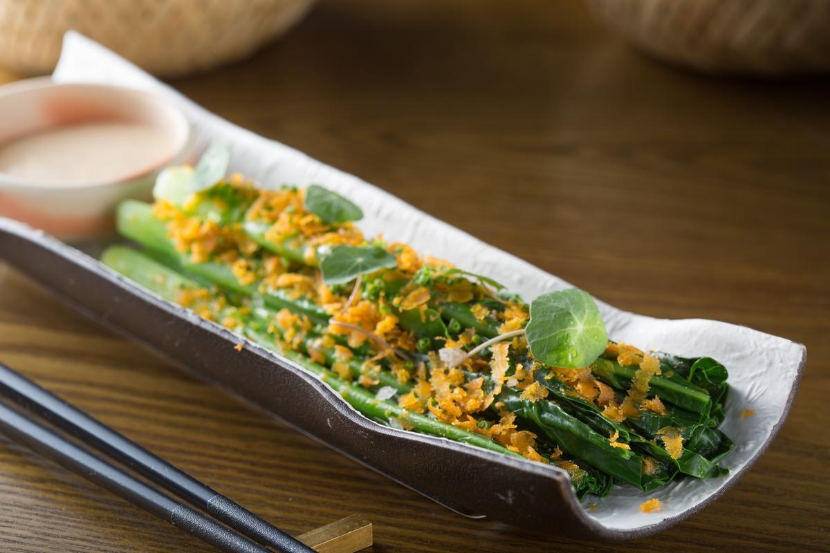 「冰鎮黑芥藍」是港式餐廳的經典菜式,搭配美極蛋黃醬、烏魚子、金蓮葉 ,馥郁帶苦韻的口感特別。(320元/份)