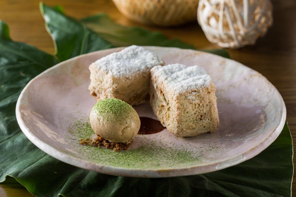 發想自新加坡傳統早點的「法式咖椰土司」,搭配自製的咖啡冰淇淋與醬油焦糖,外酥內嫩的鹹甜滋味令人驚豔。 (280元/份)