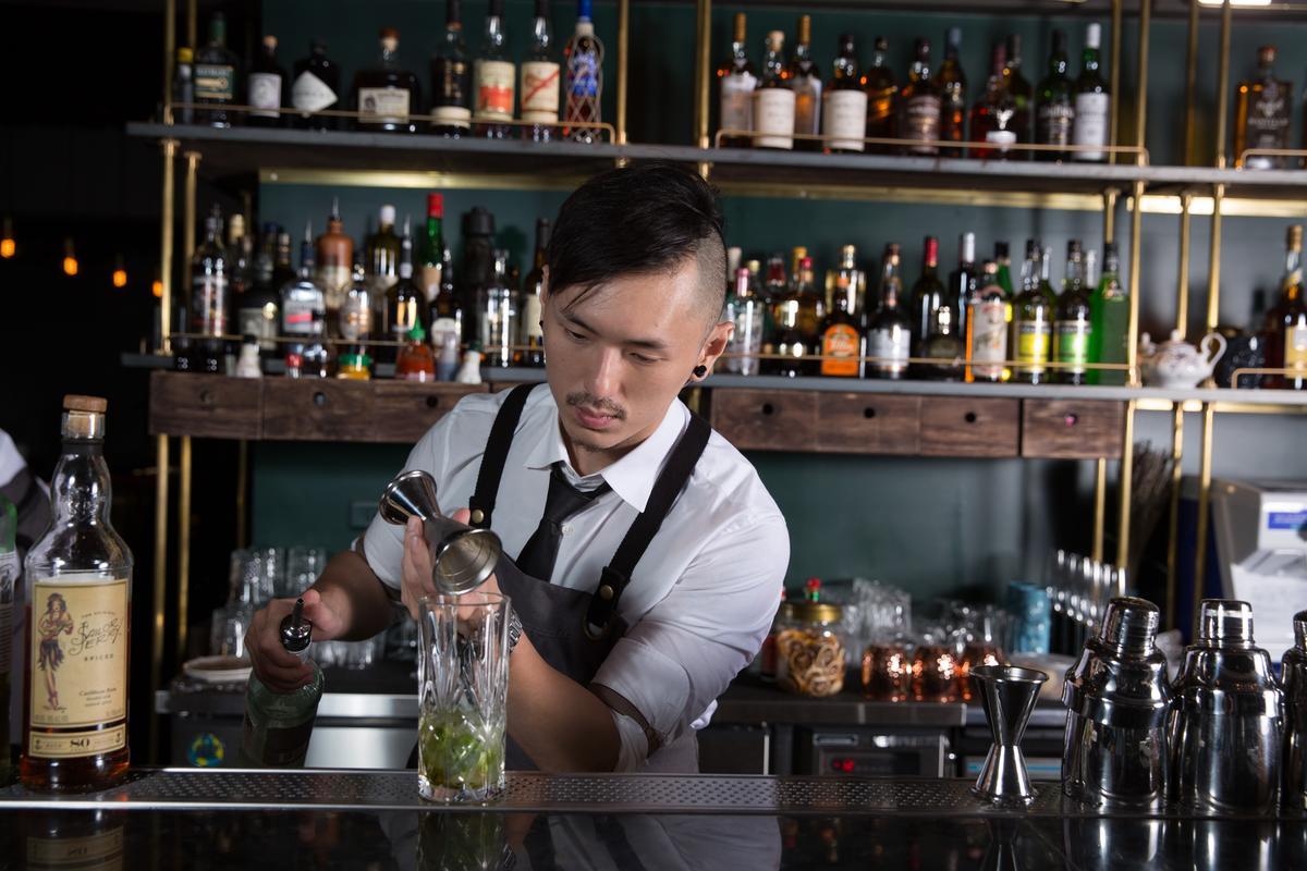 調酒師張斯威(Sam)資歷豐富,配合料理開發許多有趣又有層次的酒單。
