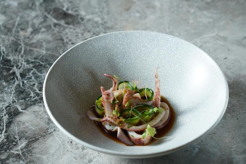 「薑汁小卷」取材自麵攤的黑白切,主廚歐俊辰將街邊小吃融入西餐技法的醬汁,毫無違和感。