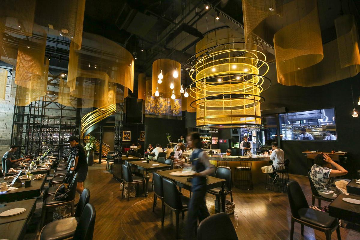 「Orchid Restaurant蘭」現代感的裝潢與藝術家徐永進的書畫,交織成氣派的空間。
