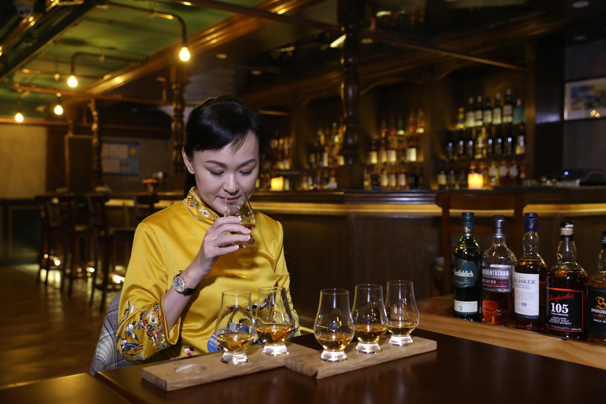 威士忌女王Julie認真品鑒蘇格蘭六大產區威士忌的不同風味,邊說起自己造訪這些酒廠時發生的趣味小故事。