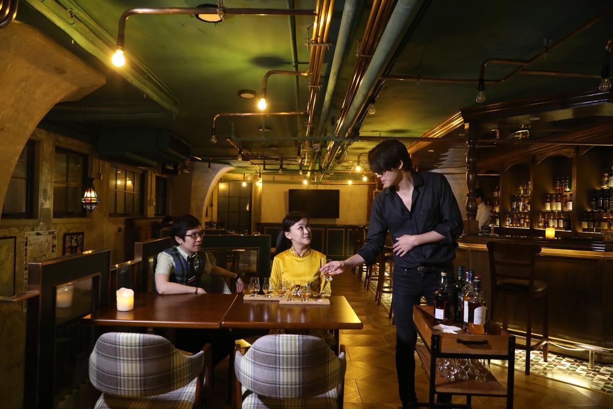以桌邊服務方式供應的「蘇格蘭威士忌六大產區探索套餐」,可一次喝到六大蒸餾廠作品:歐肯特軒12年、雲頂10年、格蘭花格105原酒、泰斯卡10年、格蘭傑10年、波摩12年,迅速探知自己喜愛的風味。(人民幣300元/組,約NT$1,378)