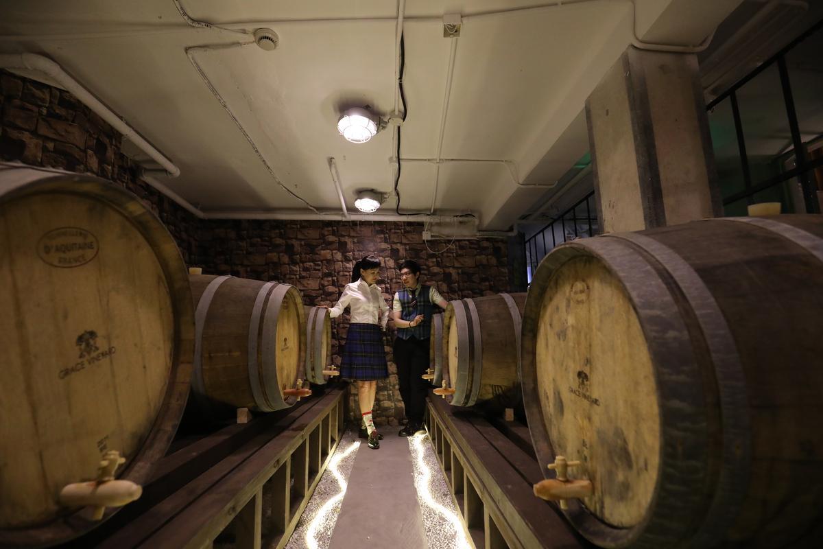 Kelly(右)帶著Julie(左)參觀剛完成的酒窖,兩人馬上討論起在上海濕熱環境中該如何延長橡木桶的生命。