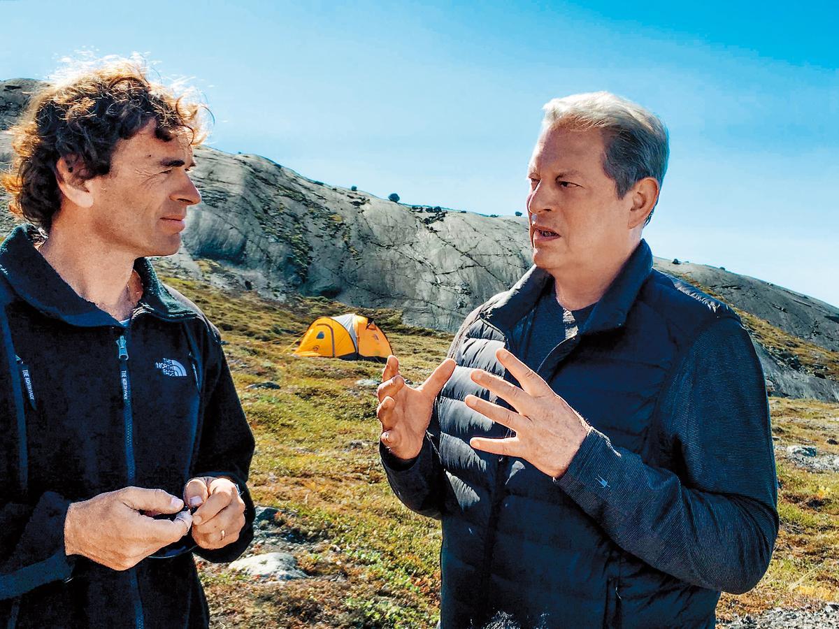 氣象學家Eric Rignot(左)與高爾(右)在攝影機前討論冰川融化的現象。