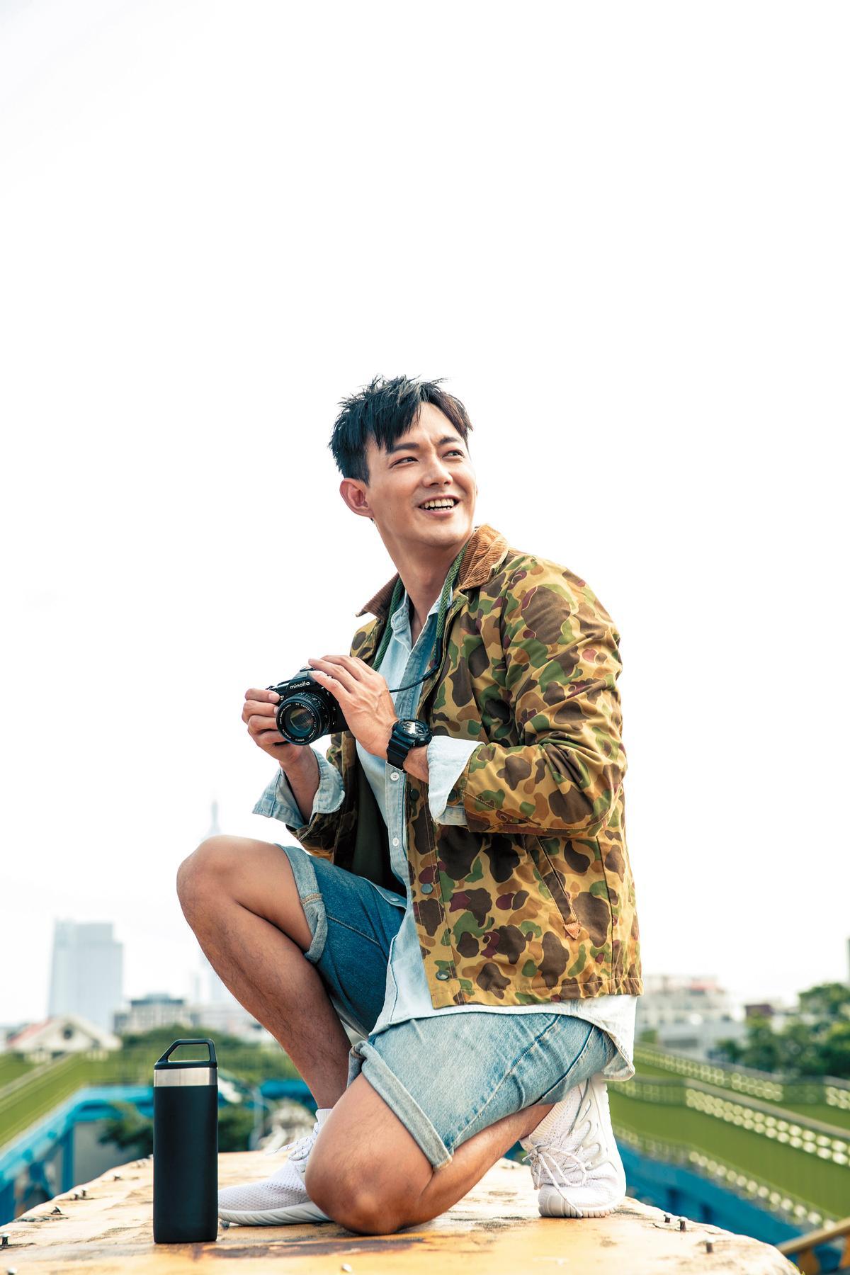 泰國二手店買的綠色迷彩外套。約NT$1,400/TOPMAN丹寧襯衫。約NT$2,000/FOREVER 21五分褲。約NT$1,380/NIKE白色球鞋。約NT$6,000/STANLEY保溫壺。約NT$1,980。