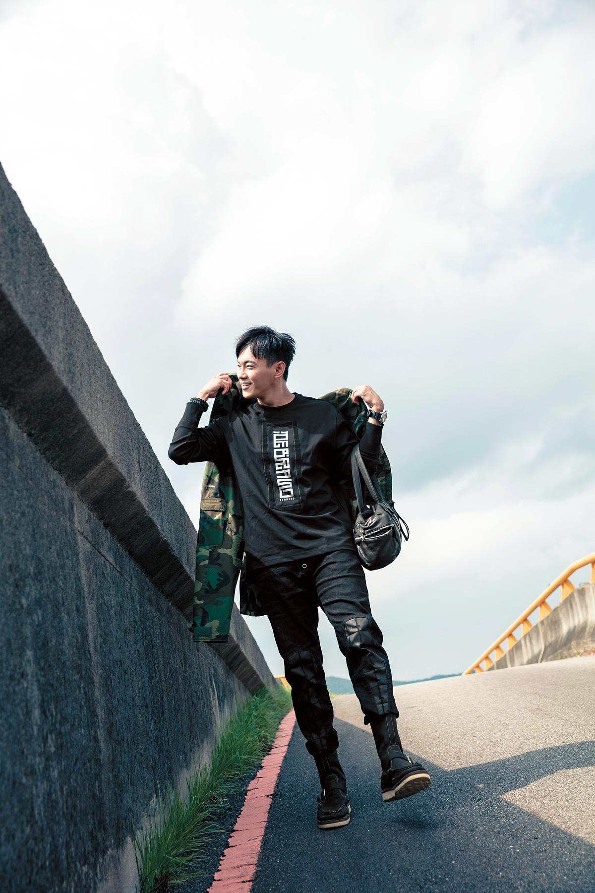 泰國二手店買的綠色迷彩外套。約NT$2,000/DEBRAND(吳克群的個人潮牌)黑色T-Shirt。約NT$3,600/DEBRAND黑色長褲。約NT$2,800/wisdom高筒靴。約NT$6,000。