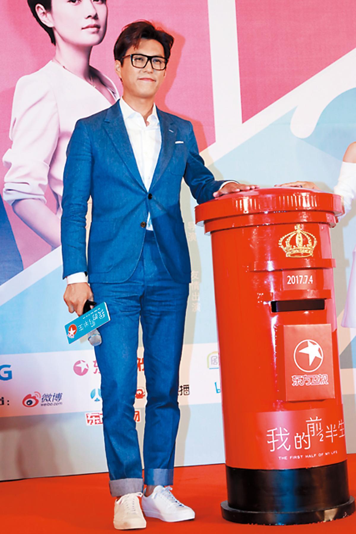 出席《我的前半生》活動時,在戲中最常以正式西服現身的靳東,雖然穿上西裝出席,不過臉上的鏡框、腳上的白球鞋,增添了他的書卷氣,也多了點休閒味道。