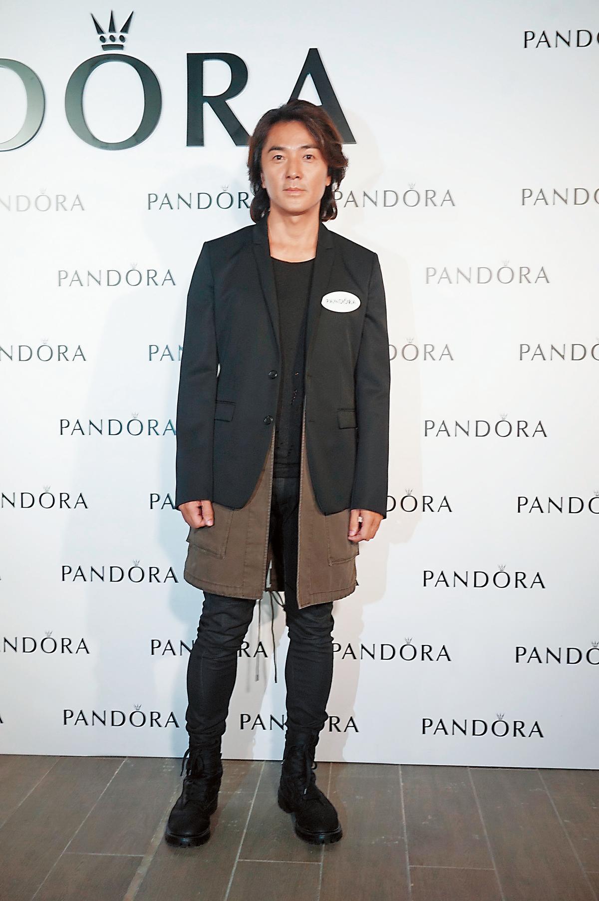 要參加女性飾品品牌活動,鄭伊健在打扮上可是有下過功夫的。雖然穿著西裝外套,但他多加了件長及膝蓋的內搭,讓視覺增添了層次感,也中和了他的陽剛性格。