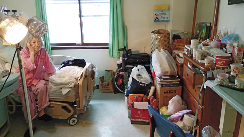 霸床老奶奶張周智逢住進榮總單人房已4年2個月,房內堆滿她的私人物品,床邊還擺放暖爐燈,老奶奶以院為家,已欠榮總逾774萬元的費用。