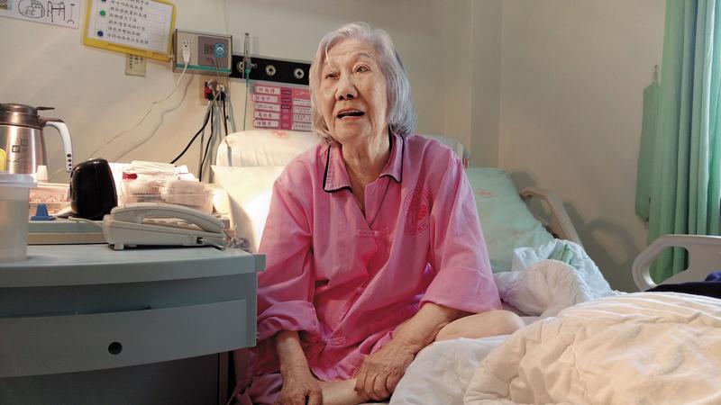 老奶奶張周智逢曾在去年2月持刀揮向醫護人員,她說,並沒有想傷人。