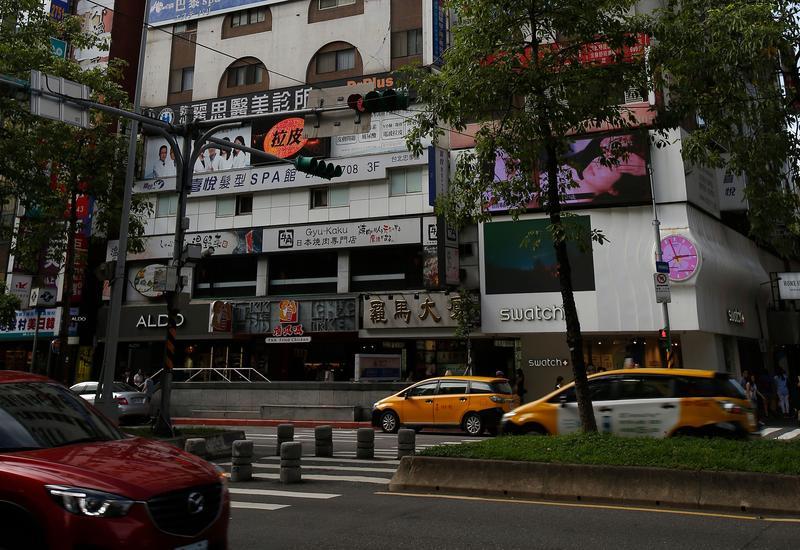 位於台北市東區黃金地段的羅馬大樓中,有一戶是老奶奶的家,市值逾5千萬元,但目前登記在張奶奶女兒名下,無人居住。