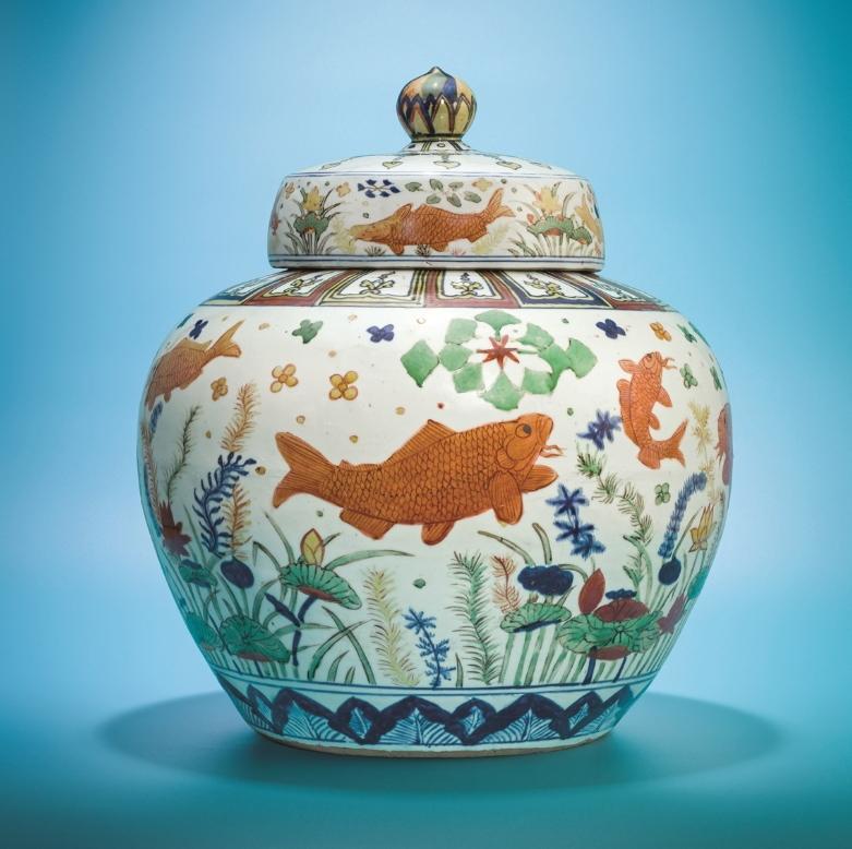 曹興誠將拍出多件宋瓷與明瓷。圖為嘉靖「五彩魚藻紋蓋罐」。(翻攝自THE VALUE)