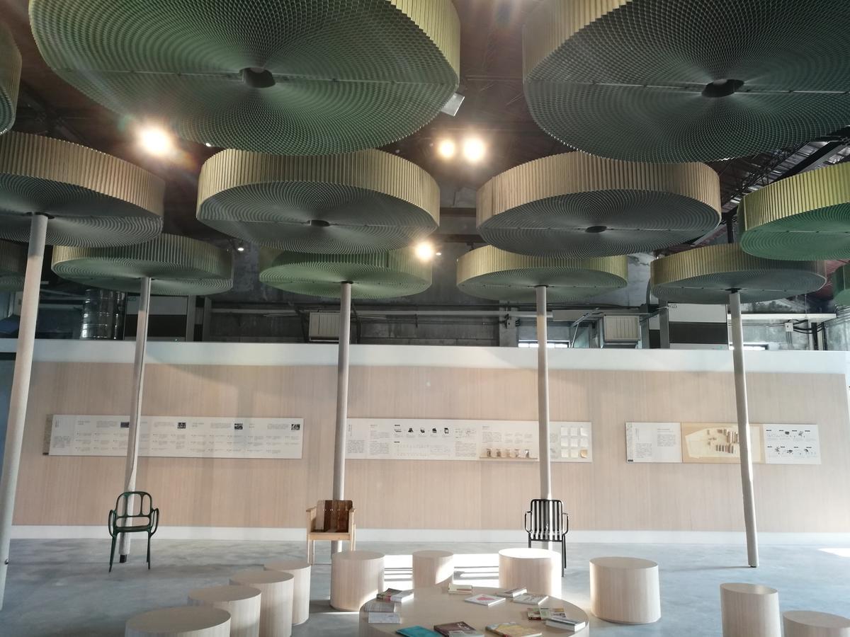 遊客中心內展出「紙說:中興造紙故事」,抬頭即能見到美麗的瓦楞紙天花板。