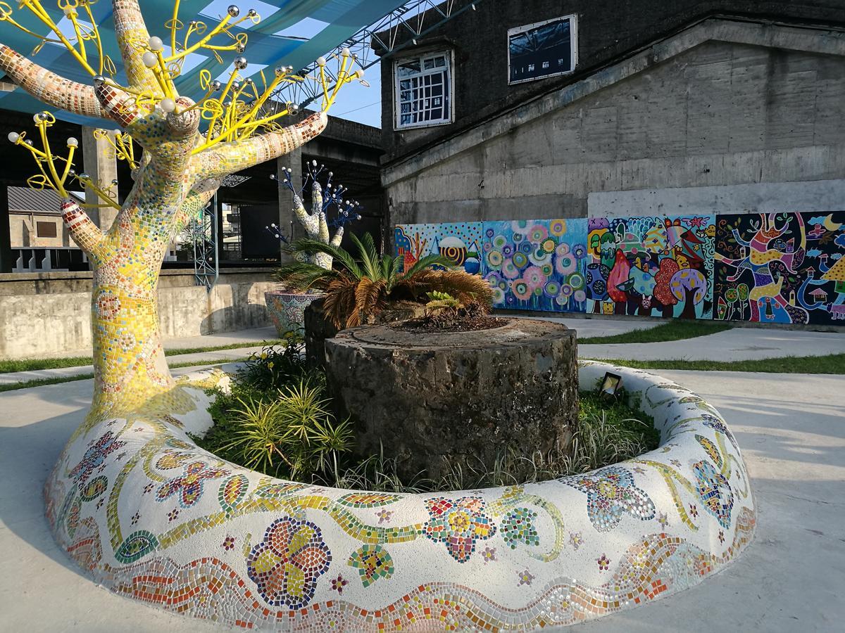 園區內用馬賽克創作出絢麗奪目的裝置藝術。