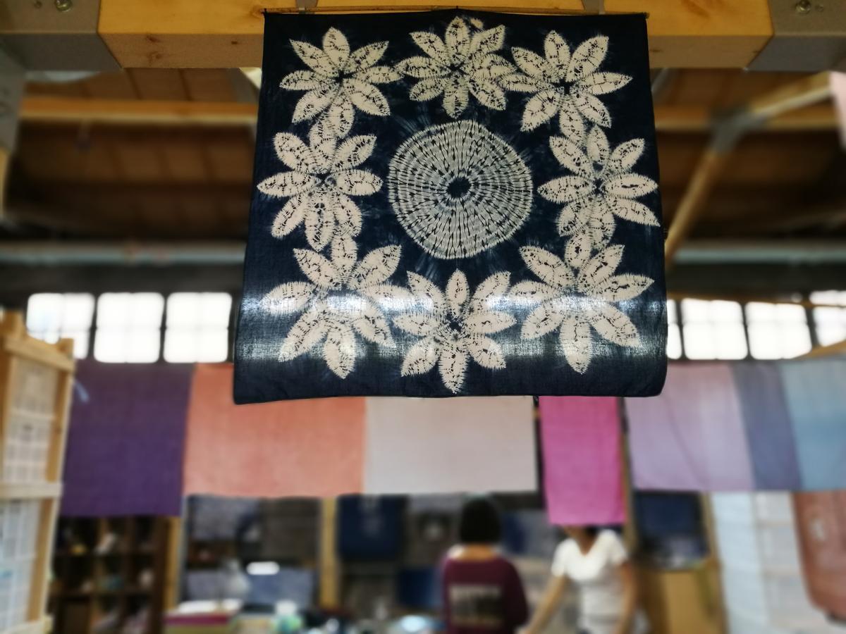 在「水色染」工作室可以體驗方巾藍染的樂趣。