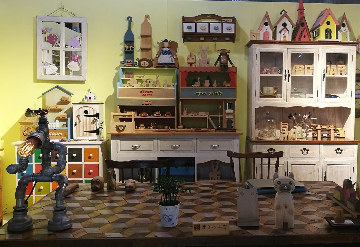 「麥子木工房」前面是布置溫韾的店面,後方即是木工室。