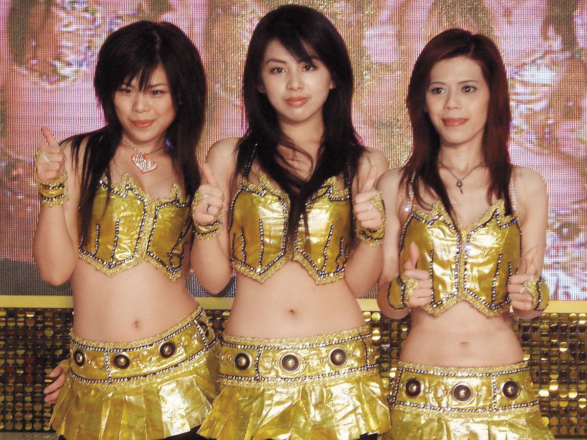閃亮三姊妹,由江佩云、江佩珍、江珮瑩3姐妹組成,2003年出道以搖滾電音曲風、濃厚台客味走紅,2010淡出演藝圈。