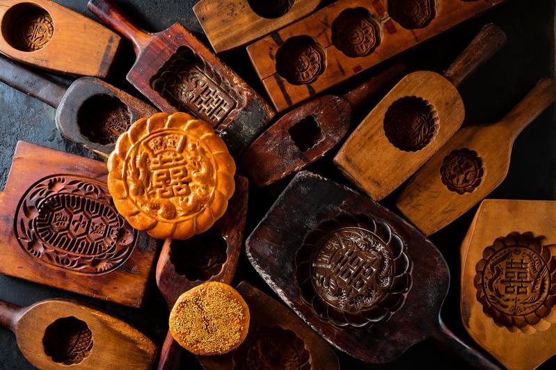 傳統喜餅「核桃棗泥和生餅」(上,需預訂,180元/盒)餅皮軟硬適中、內餡飽滿;加了鹹蛋黃的「奶酥蛋黃」(下,150元/盒)油潤鹹香。