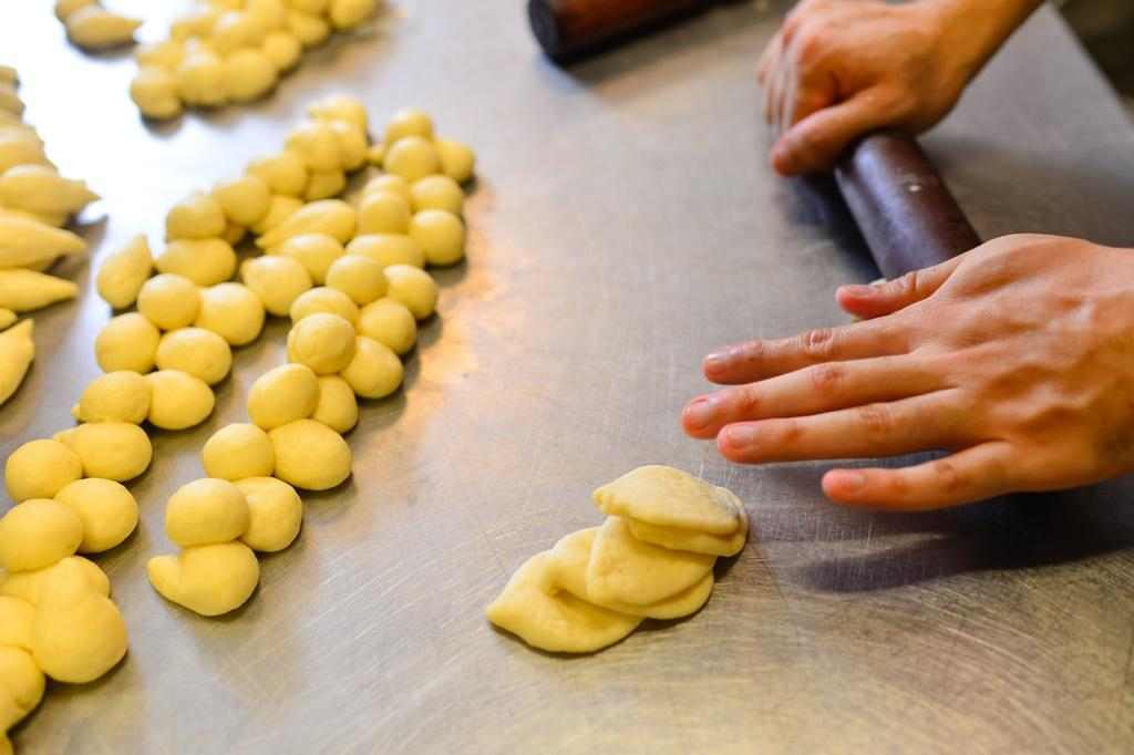 嬌巧的「佛手包」,麵糰得一個個分切、擀平,製作過程相當費時。