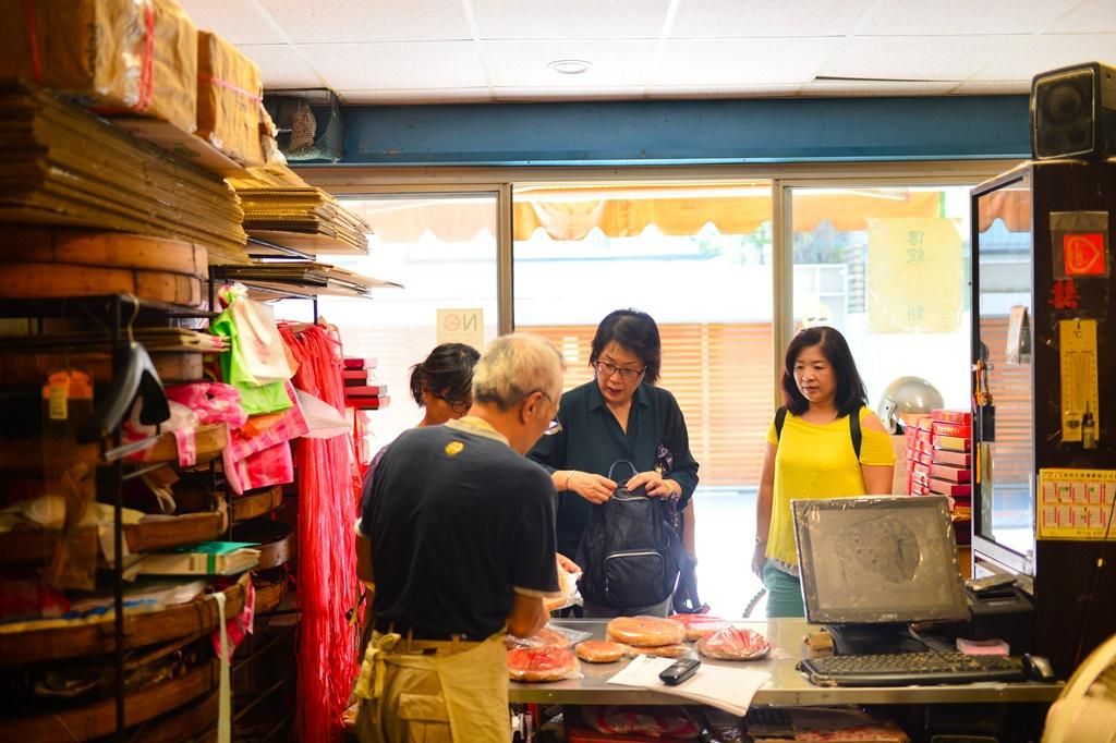 老餅店隨時都有客人上門,有時搶不到餅的客人還會抱怨:「又賣完了喔?」