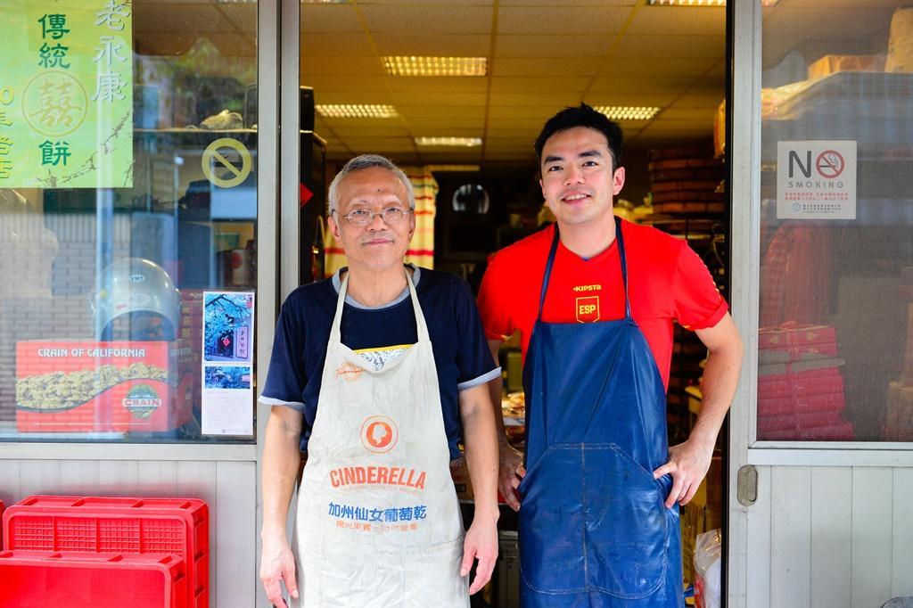 「宜和餅店」父子檔周德勝(左)和兒子周揚志(右)。周德勝讀的是物理學,他認為做餅是很科學的事。
