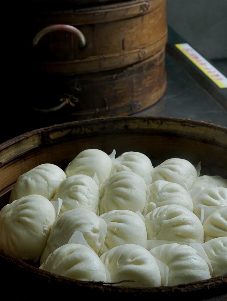 「萬川號」餅鋪的櫃台上擺著熱氣蒸騰的蒸籠,隨時可拿出熱呼呼的包子。