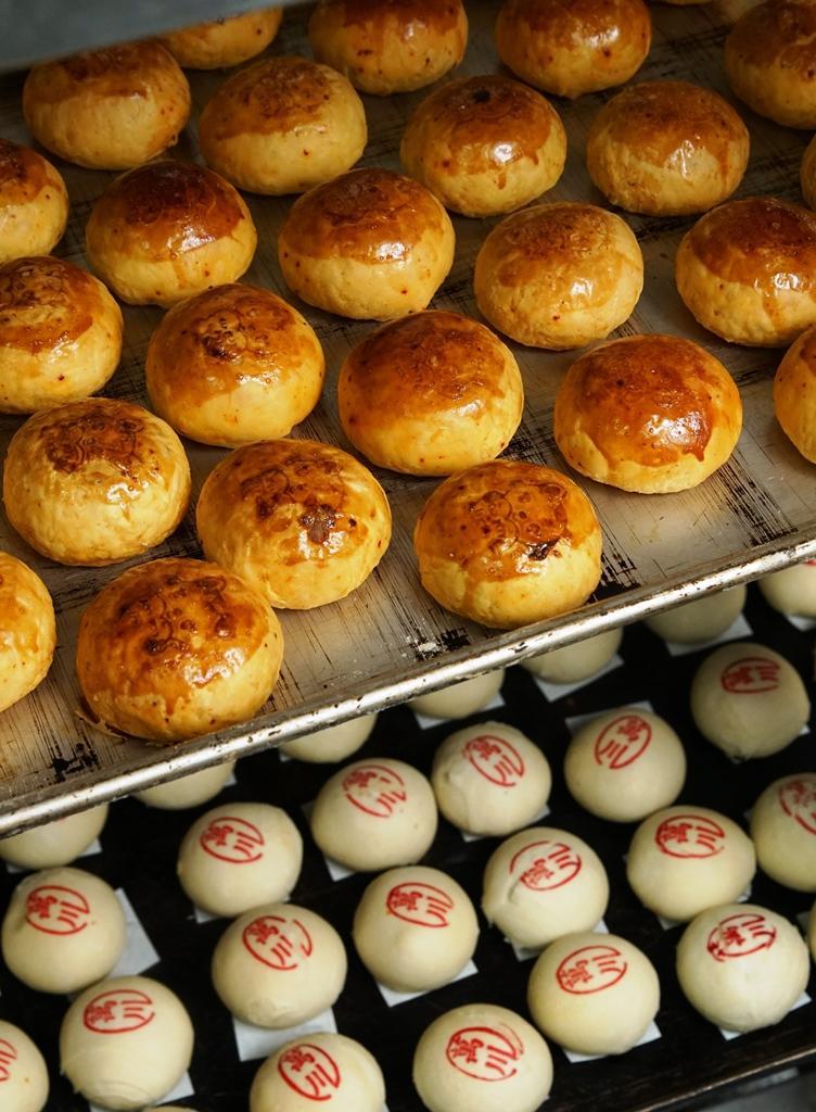 中午時刻進到萬川號的廚房,當日現烤的各式糕餅在烤盤上飄香。