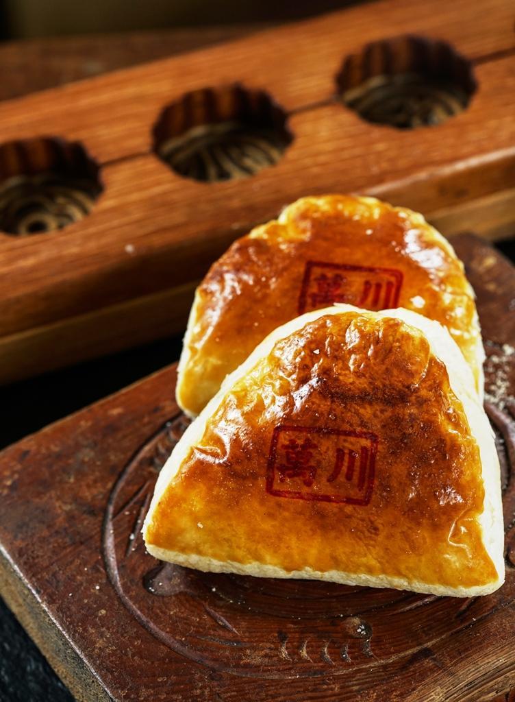 形似古代半圓梳子的「沙西餅」,包入蒜頭、川芎,滋味半甜半鹹。(28元/塊)