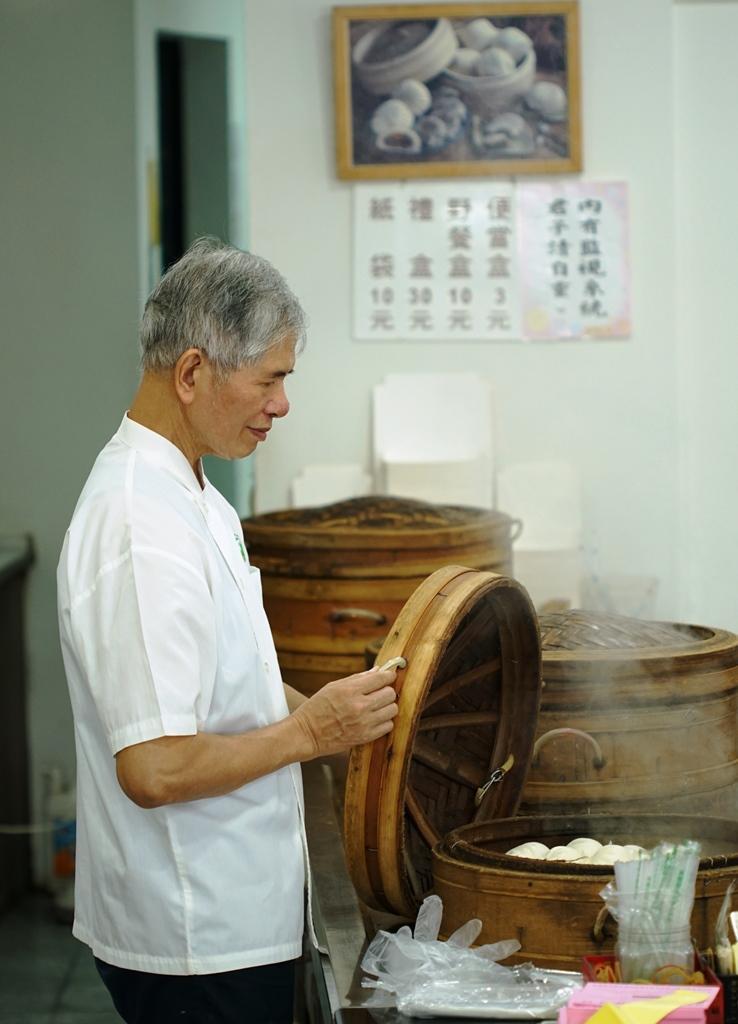 老師傅蔡煌明給人溫暖的氣息。他形容自己「因為感恩老頭家嬤(陳翁秀治)待人的心意」,於是自願留在萬川號傳承餅藝超過50年。