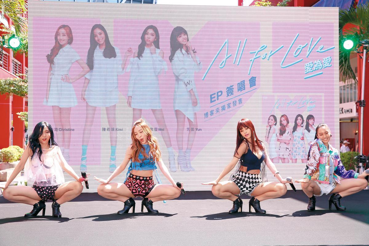 女團IVI在簽唱會上大露M字腿。