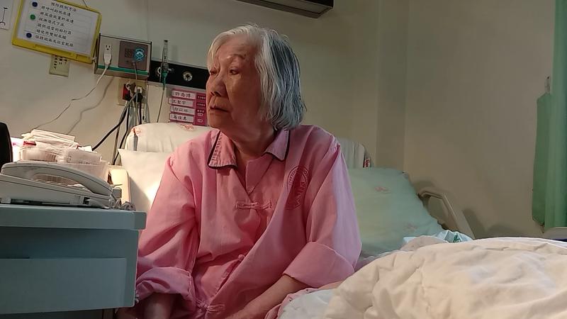 91歲張老奶奶霸病房4年2個月,不付774萬元住院費,還曾對護理師亮刀。