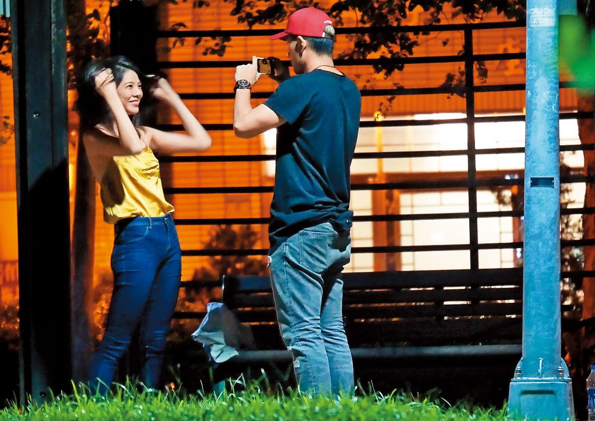 9月9日23:42,洪文安笑容滿面讓博焱替她拍照。