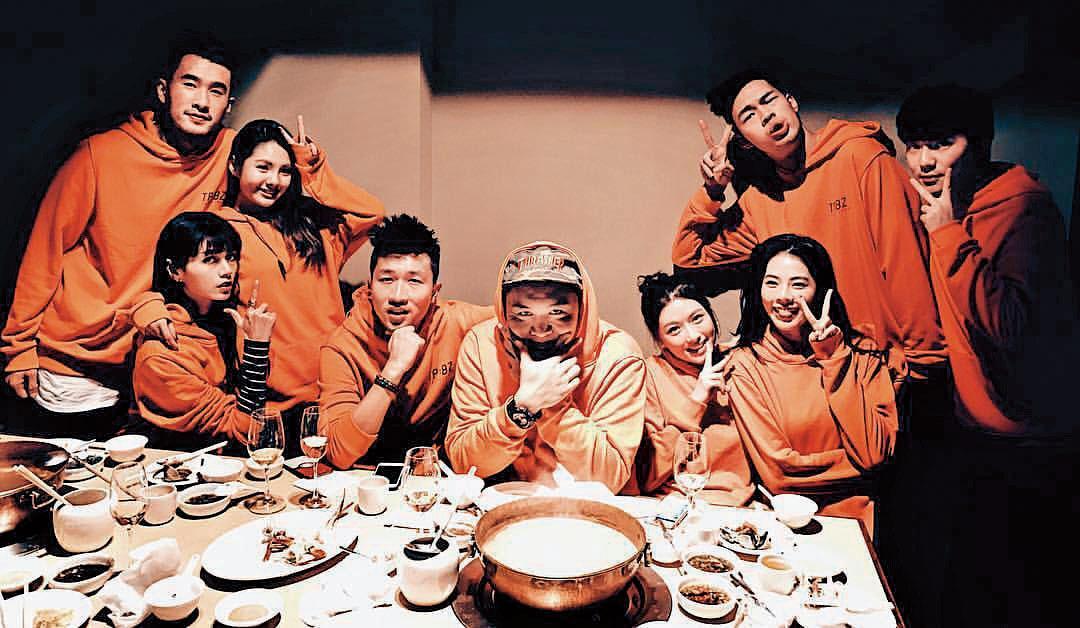 博焱(左)、張立東(左四)和洪文安(右二)經常一同出遊聚會,交情並不普通。(翻攝自洪文安IG)