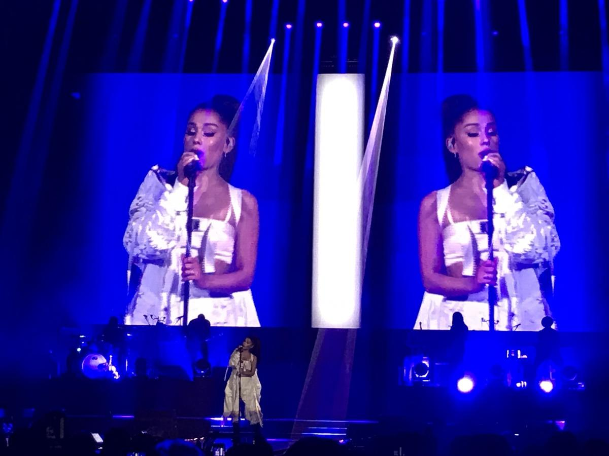 亞莉安娜綁著招牌馬尾現身,演唱會於8點15分正式登場。(讀者提供)