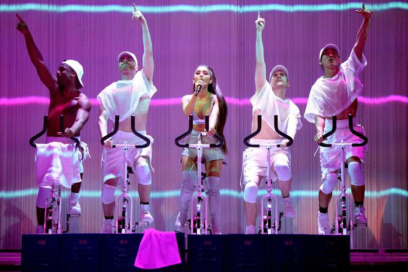 演唱〈Side to Side〉時,亞莉安娜腳踩飛輪飆完整首歌。(圖/ Live Nation 理想國提供)