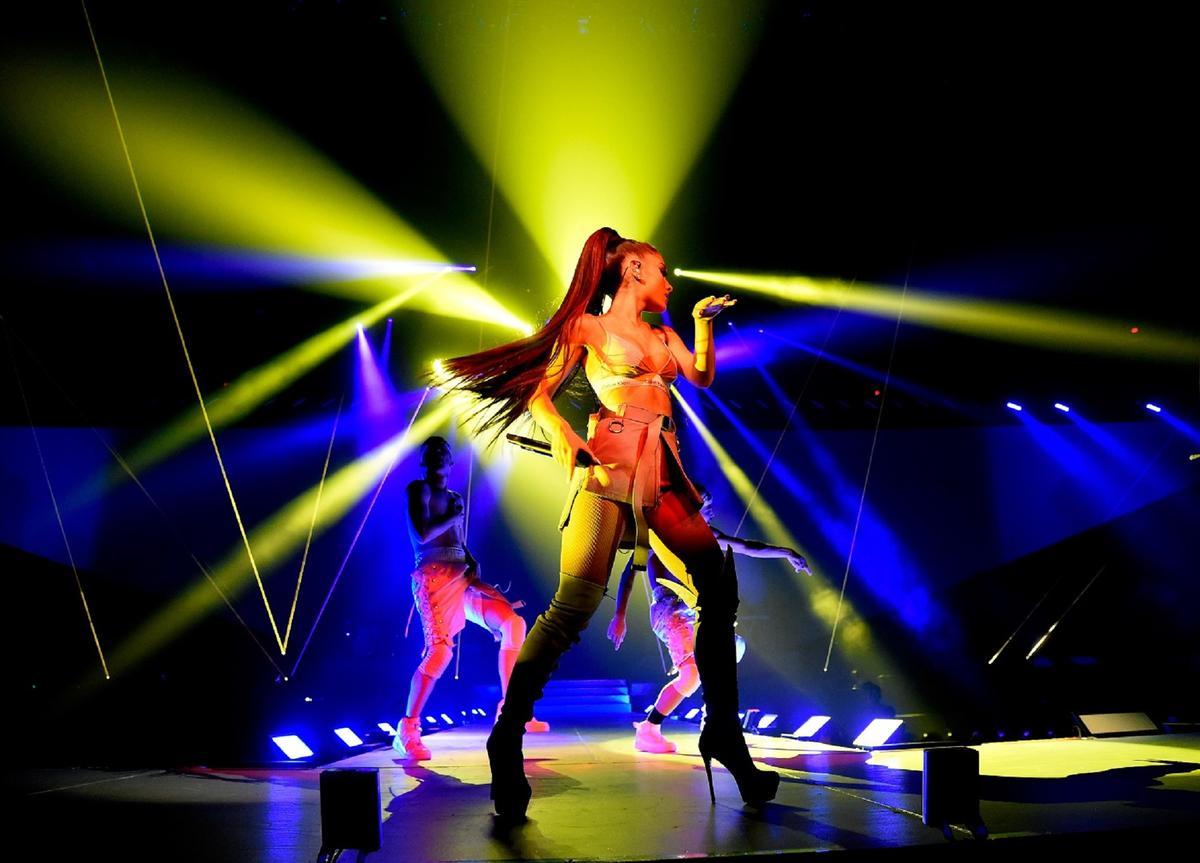 24歲的亞莉安娜首度來台開唱,展現天后氣勢。(Live Nation 理想國提供)
