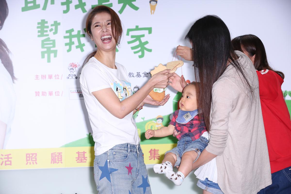 林心如出席公益活動,在台上開心與小寶寶互動。
