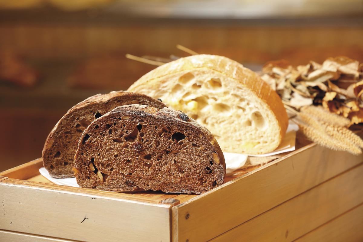 以英國黑麥粉製作的黑麥鄉村,是用老麵起種,外皮有嚼勁內軟Q,散發濃郁的麥香。(80元/半個)