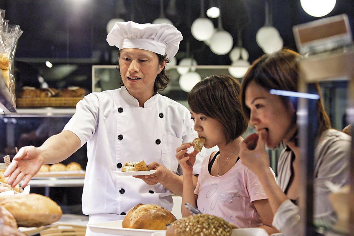 2008年黃銘誠(左)創哈肯舖時,大方提供試吃,因此回購率很高。(黃銘誠提供)