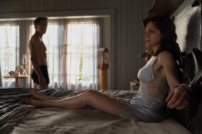 卡拉裘吉諾扮演婚姻不幸福的潔斯,老公傑羅德把她銬在床上,想藉由情色扮演來解決2人的問題,但接下來的劇情超展開。