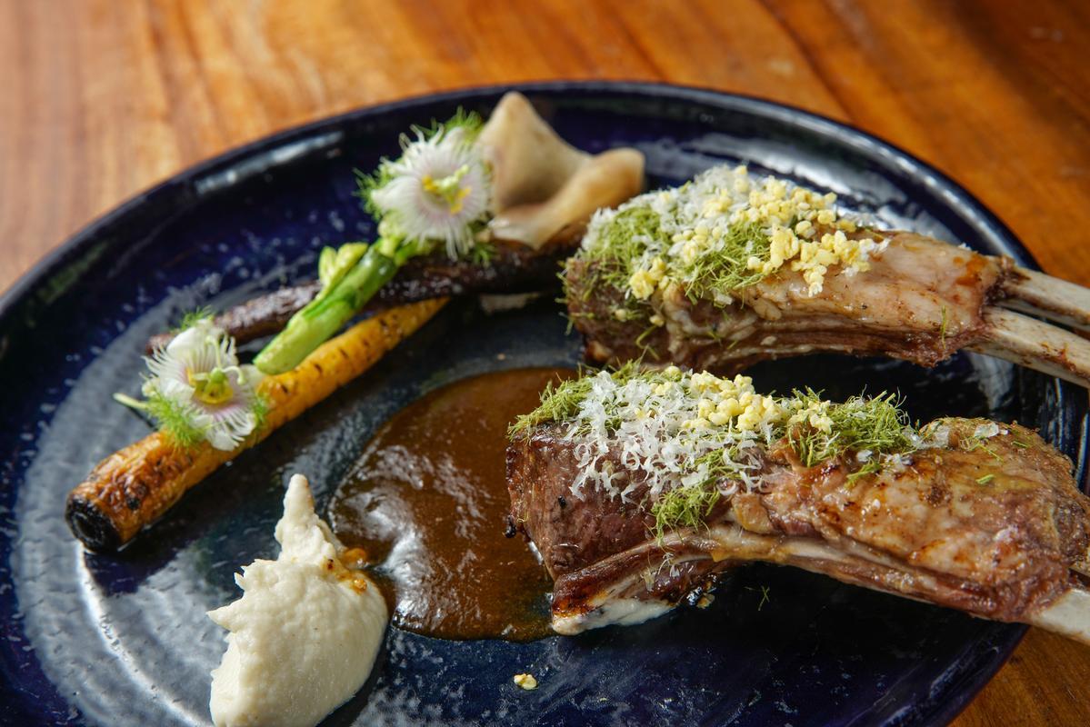 「烤羔羊排 芥末五葉松 山胡椒醬汁」熟度恰到好處,香草佐料正好平衡肉味。(780元/份)