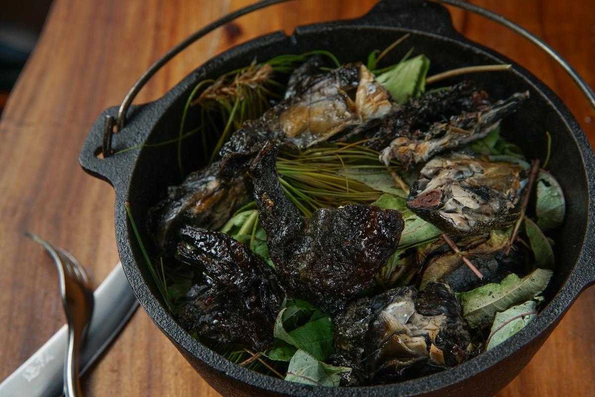「新鮮香草燻飼養30天烏骨雞」讓外脆內嫩的雞肉,沾上刺蔥、土當歸、五葉松的木質香氣,有中西合併的味道。(780元/份)