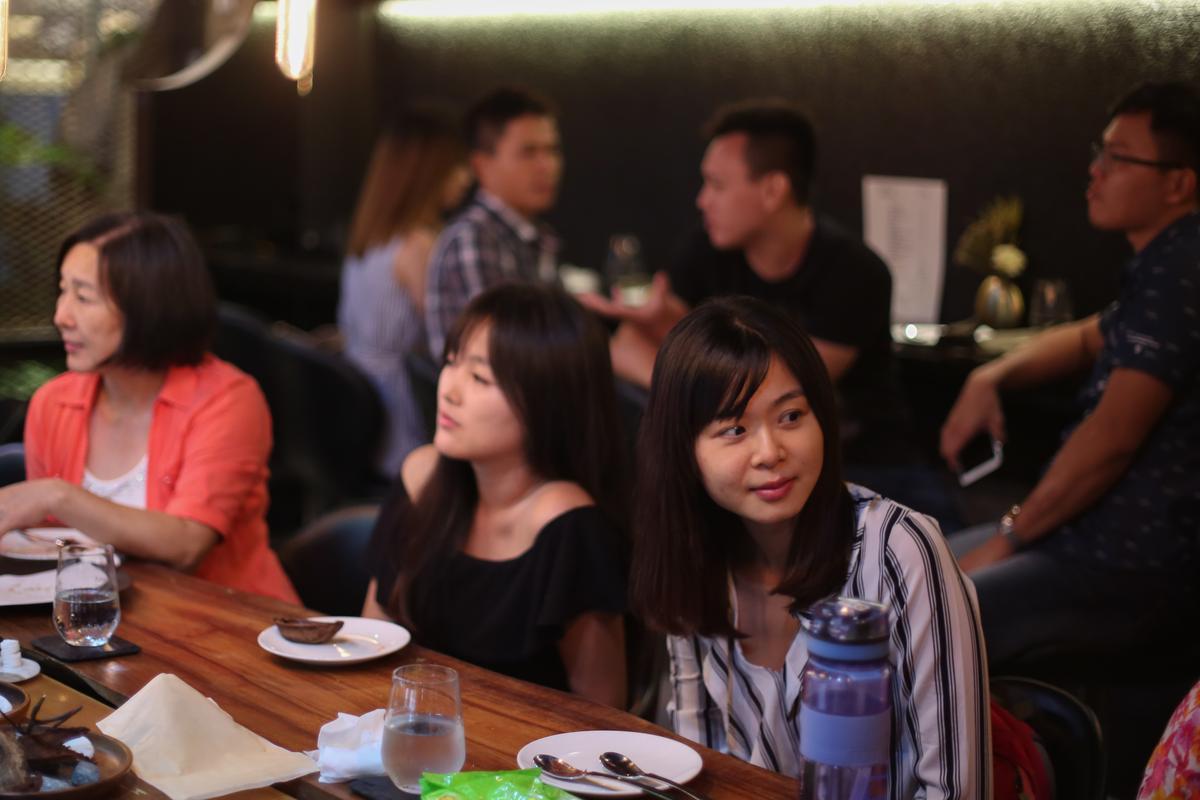 在Akame用餐十分輕鬆愜意,零界線的吧台拉近人與人之間的距離。