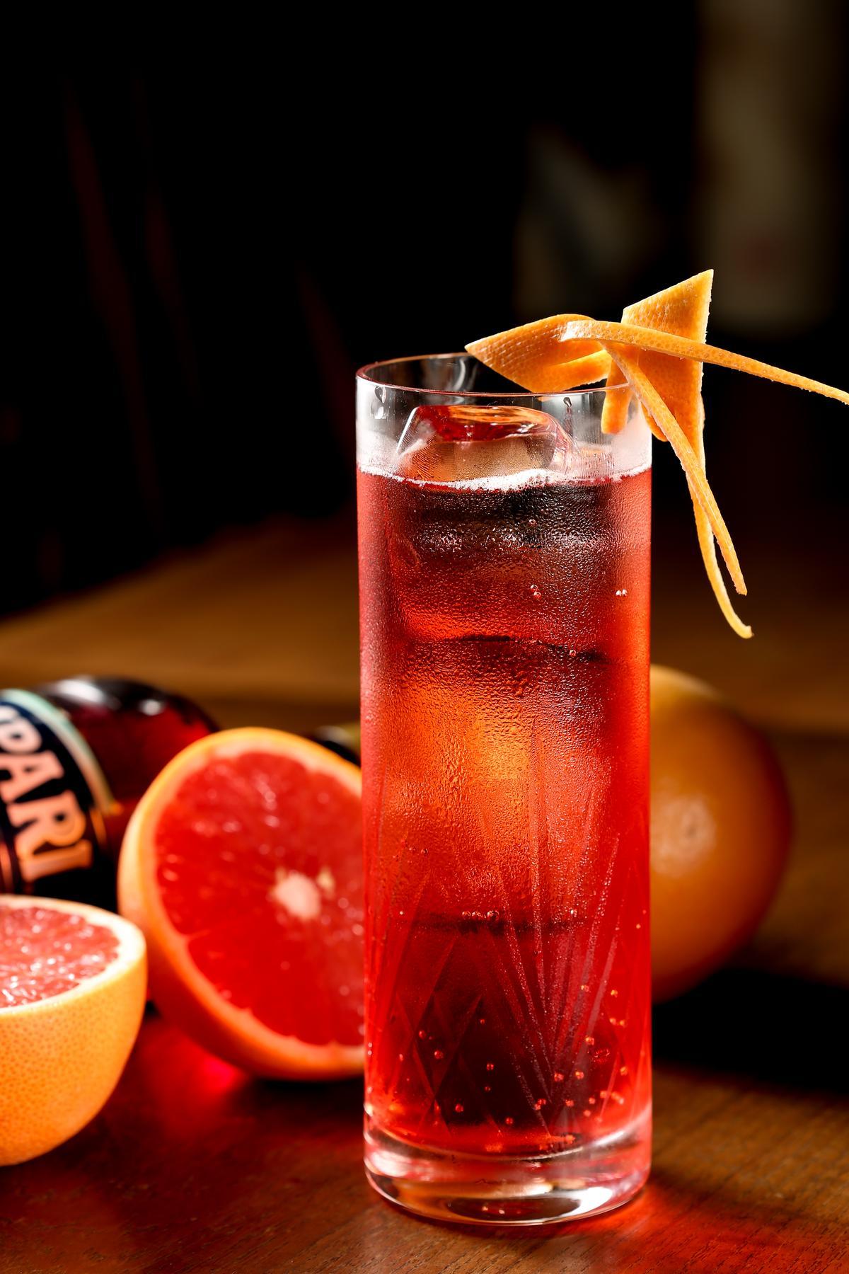 Campari是義大利人的藥酒,單喝有些太苦,加氣泡水卻清爽開胃。