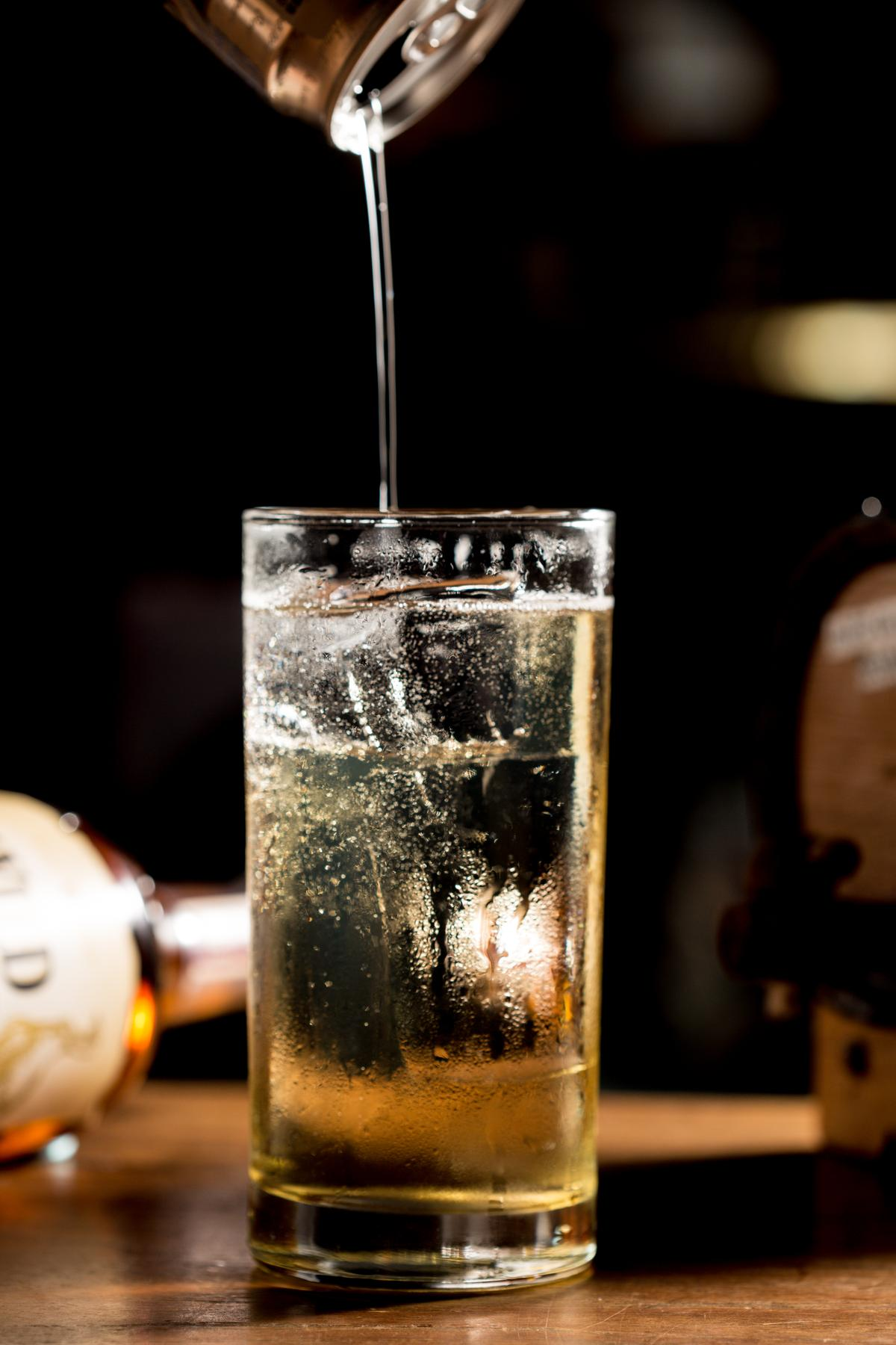 氣泡水的份量約為酒的2倍至4倍間,可依個人偏好濃度斟酌。
