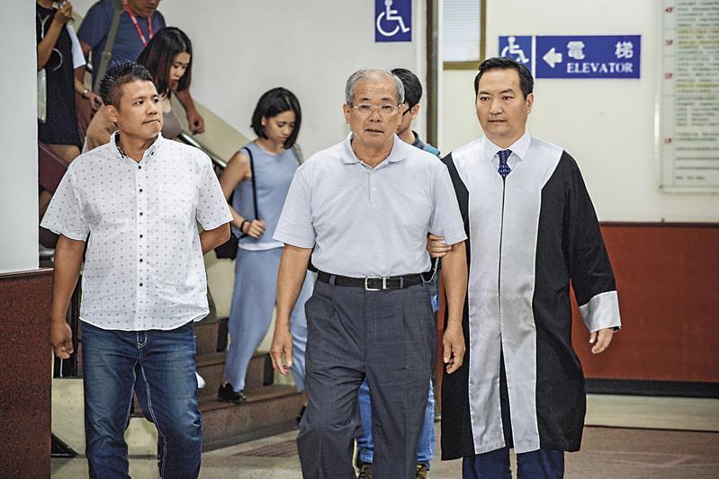 蘇炳坤(右2)先前在律師羅秉成(右1)等人陪同下出庭。